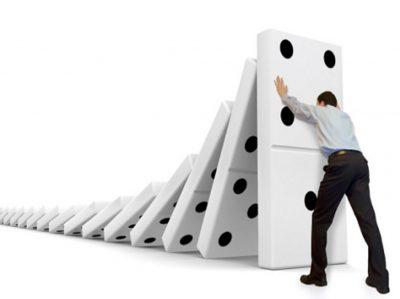 Unsichere Handlungen und Bedingungen (durch Menschen) als bedeutendster Faktor im Domino Modell.